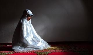 Muslimah shalat (foto ROL)