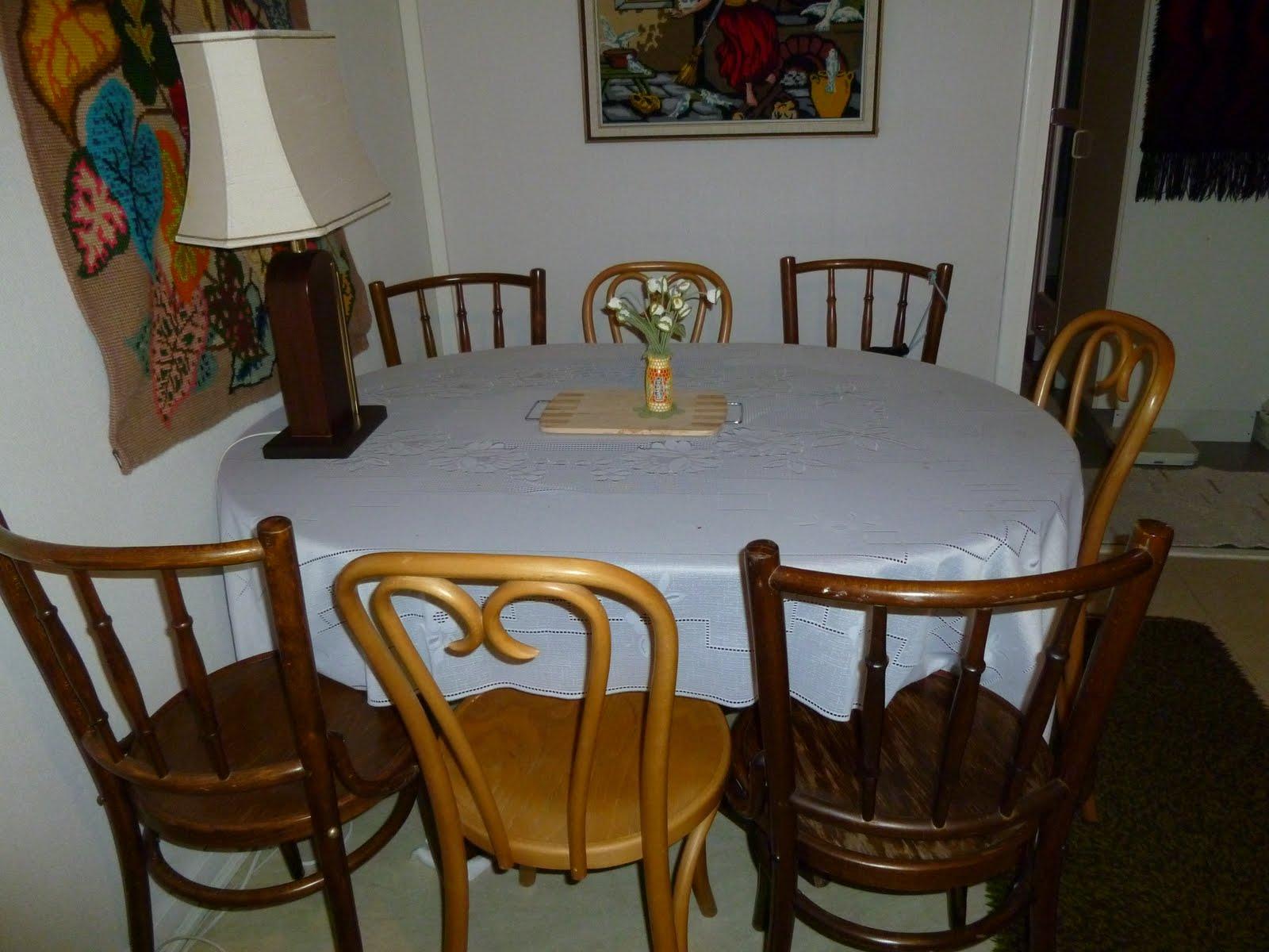 Minha sogra inovou na sua sala de jantar: cadeiras de dois estilos. #674014 1600x1200