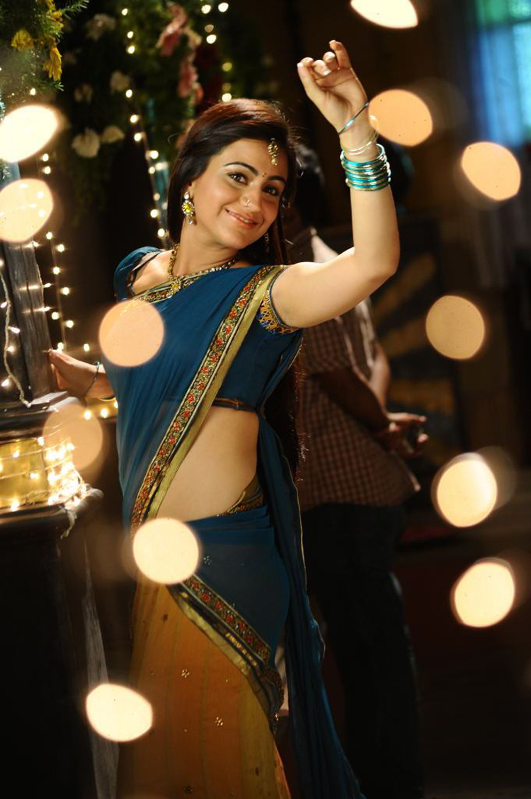 Aksha navel in saree - Aksha Navel Pics in Sari