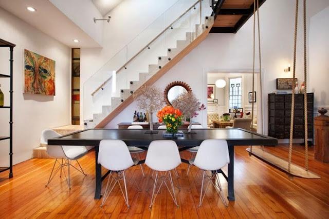 columpio en casa, decorar con columpios, sillas eames comedor, comedor con mesa negra, suelo parquet natural
