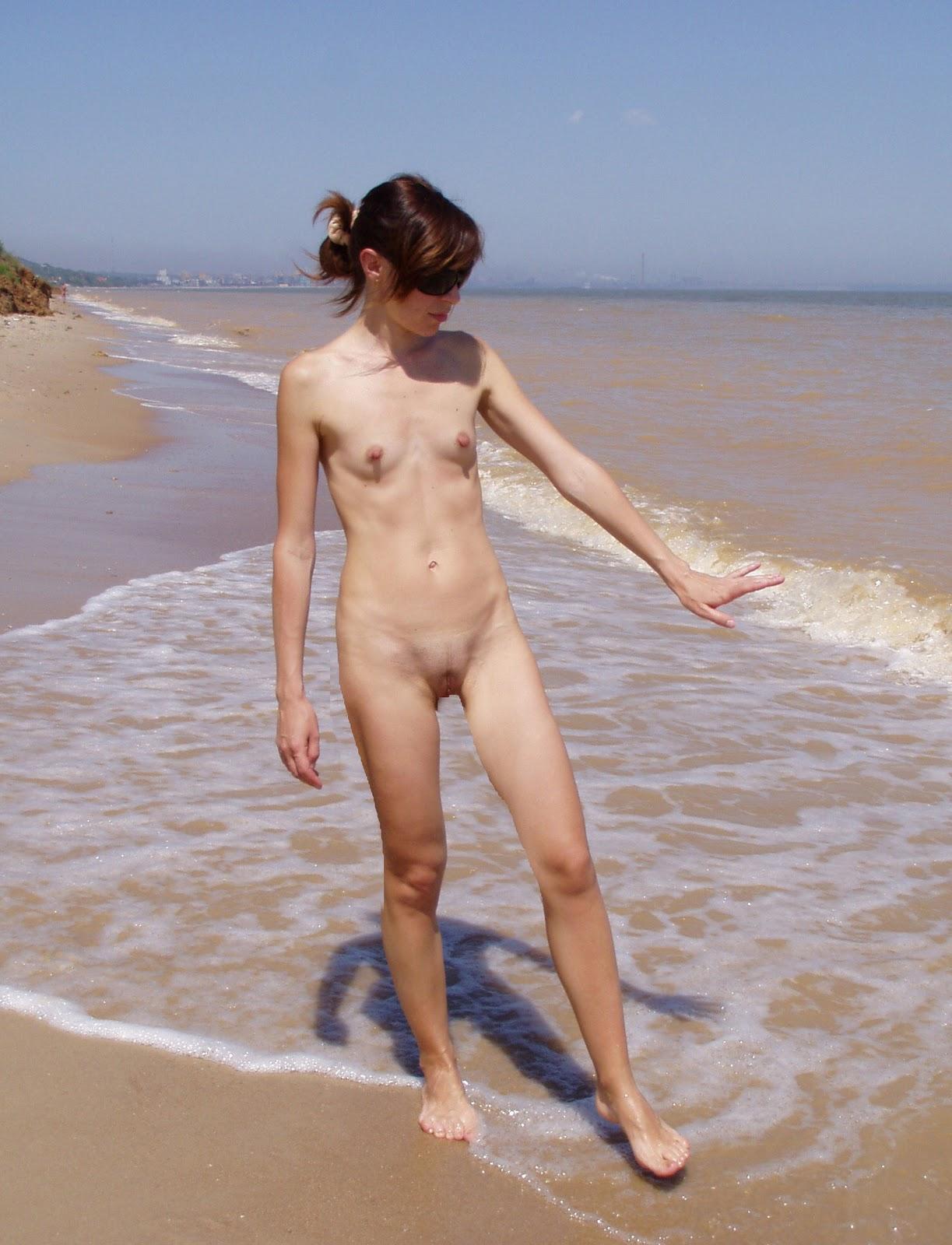Худышки на пляже нудисты 12 фотография