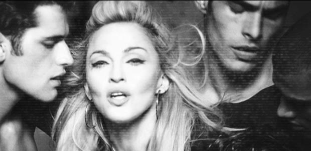 Cena de 'Girl Gone Wild', clipe em que Madonna contracena com os tops Sean O'Pry, Jon Kortajarena, Rob Evans e Simon Nessman (Foto: Reprodução)