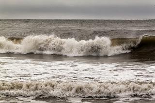 El mar rompiendo en la costa con olas y espuma