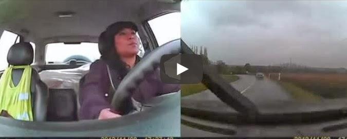 A cara de uma mulher a capotar um carro