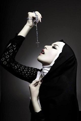 Foto Kontroversial Puteri Indonesia Elvira Devinamira Berkerudung dan Pegang Salib