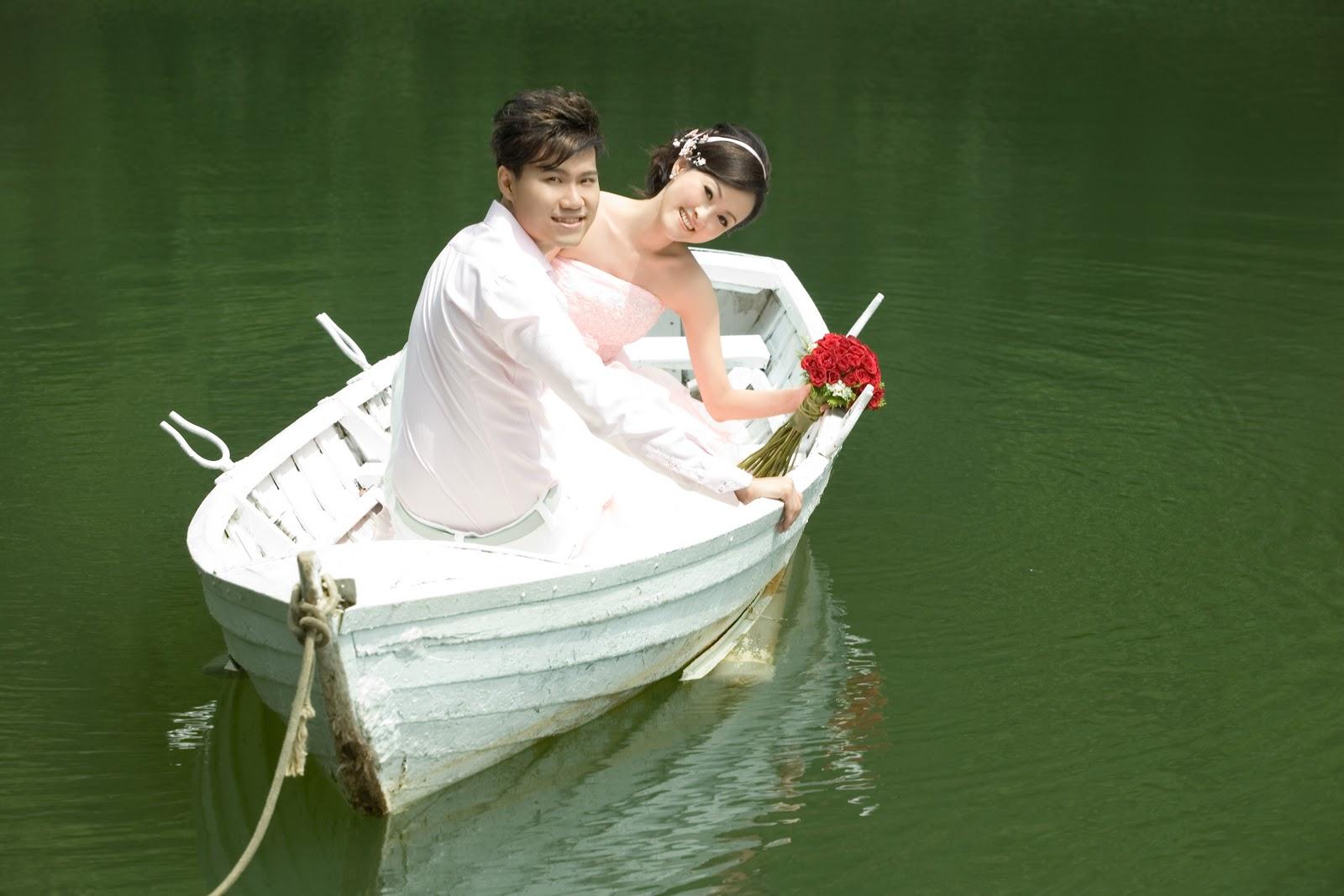 Цветок двое в лодке фото