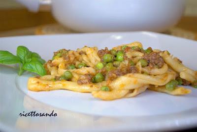 Strozzapreti con ragù e pisellini  ricetta di pasta di semola rimacinata