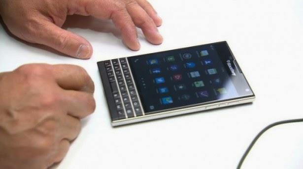 Con el reciente anuncio del BlackBerry Passport no habíamos tenido mucha interacción con el mismo, además de las imágenes, ahora tenemos un vídeo clip de corta duración que muestra el CEO de BlackBerry John Chen dando una breve demostración de 30 segundos del dispositivo.