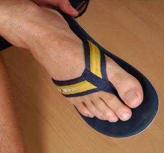 Homem usando chinelo de dedo - Pés Masculinos - Male Feet