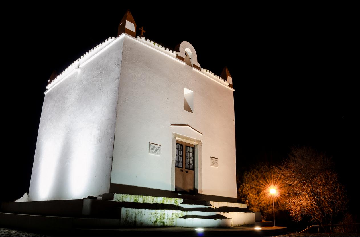 Capela Cerrinho das Neves á noite