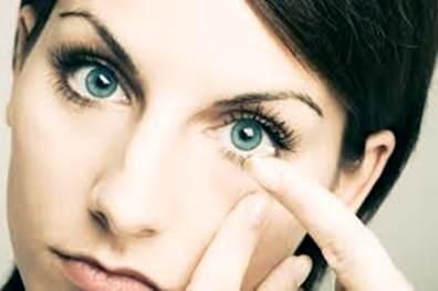 Gambar cara aman memakai lensa kontak yang sehat