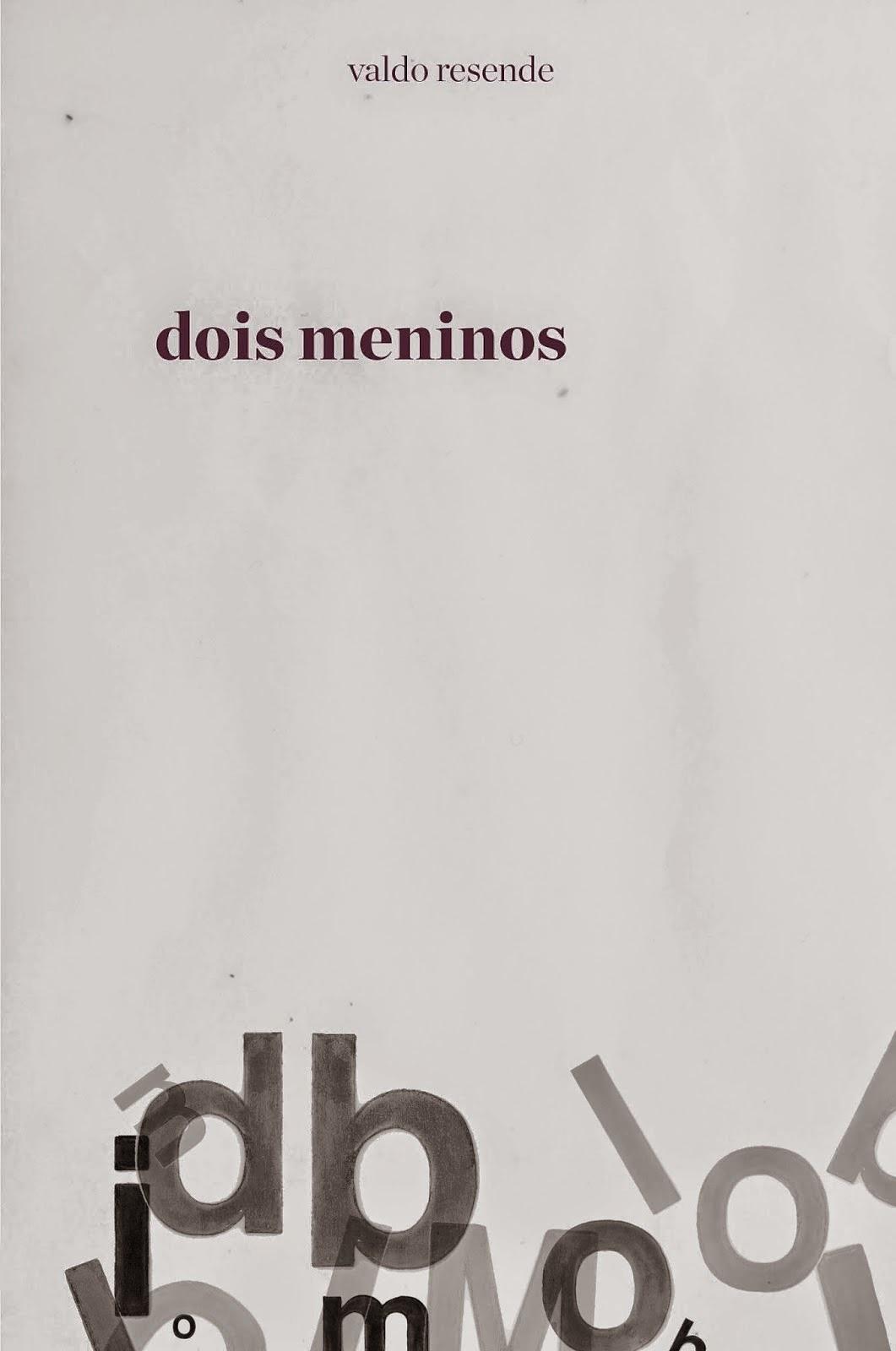 """Por Gisele Santos (@giselando)  O mineiro Valdo Resende, mestre em artes visuais e escritor, lançará o romance de estreia Dois Meninos-Limbo durante tarde de autógrafos, no próximo dia 13 de dezembro, sábado, das 15h30 às 18h30, no Espaço Humanas da Livraria Martins Fontes (Avenida Paulista, 509 - SP/SP).  A primeira publicação da Elipse, Arte e Afins Ltda., tem como cenário a cidade de São Paulo do final do século XX e conta a história de um pintor de origem humilde que, mesmo conhecendo a arte vigente escolhe elaborar uma produção popular, dentro das tradições acadêmicas que elegeram gêneros como a paisagem, o retrato e a natureza-morta como fontes para um trabalho pretensamente artístico, mas que visa fundamentalmente a sobrevivência através da comercialização dos resultados.  Tudo isso convivendo com agitação das noites paulistanas que foram tornando-se perigosas e tensas, vida operária, surgimento da AIDS, as exigências impostas à sociedade, etc. """"Dois Meninos-Limbo celebra a amizade e a solidariedade ante a adversidade, tanto quanto celebra a solidão e o amor. Faço teatro desde quando jovem e, nos anos 80, comecei a ver e a perder amigos com o surgimento da AIDS. Alguns foram abandonados até pelos familiares e só com a ajuda de amigos tiveram  enterro digno. Optei por excluir nome em respeito a muita gente, mas é fato que estou me baseando em fatos que presenciei; alguns mais próximos, outros mais distantes. É esse testemunhar a história que facilitou criar uma história. Além do mais, escrever o texto sem nominar personagens foi um exercício e tanto. Há também uma proposta de leitura diferenciada, com ajuda da diagramação, que é do Estação Design. Há uma síntese da história contada em negrito, que facilitará o leitor a retomar a leitura ou então a relembrar todo o enredo mesmo com muito tempo após ter lido"""", conta o autor.  Valdo explica que o nome """"dois meninos"""" foi escolhido, pois são anôminos: """"Em todo o romance não há nomes para as personagens. São pessoas"""