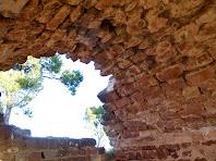 Detall de la volta de canó construïda en petits carreus rectangulars molt ben units