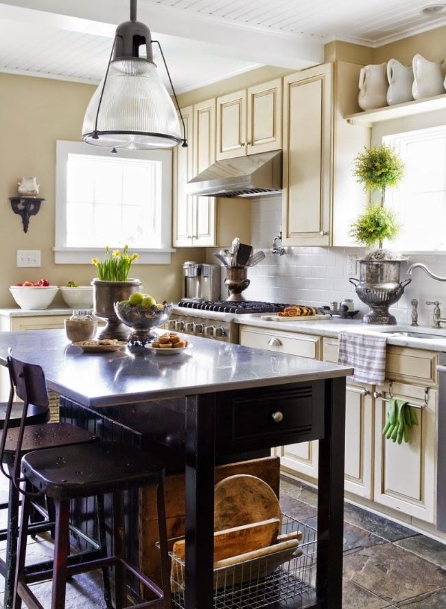 styl klasyczny, białe wnętrza, shabby chic, bielone meble, beżowa kuchnia, wyspa kuchenna