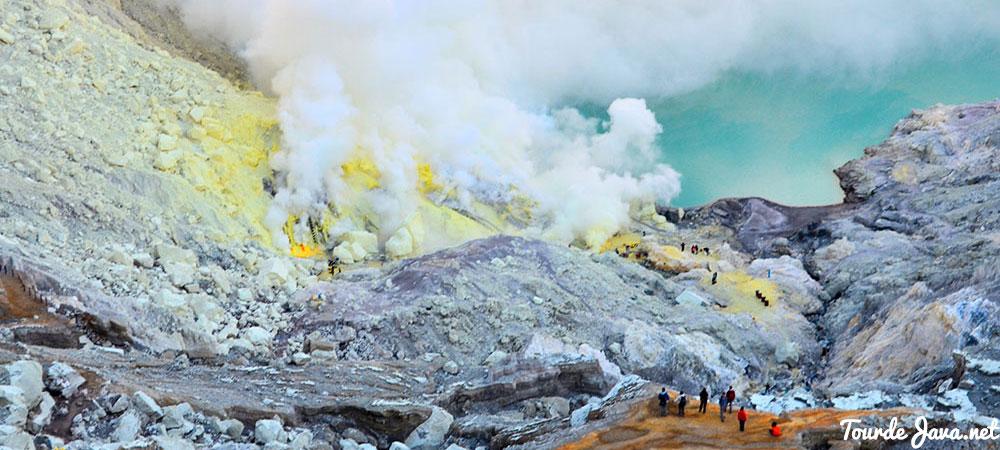 asap dari pertambangan belerang di kawah ijen banyuwangi