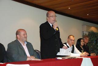 Vice-prefeito Márcio Catão e o presidente da CBBS, Pedro Rolim Bohm (de pé) na cerimônia de abertura do Campeonato Brasileiro de Sinuca, no Hotel Alpina