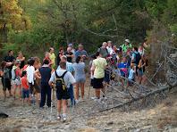 Els caminants escoltant atentament les vivències d'en Perenoguera, davant la Cabana dels Pastors