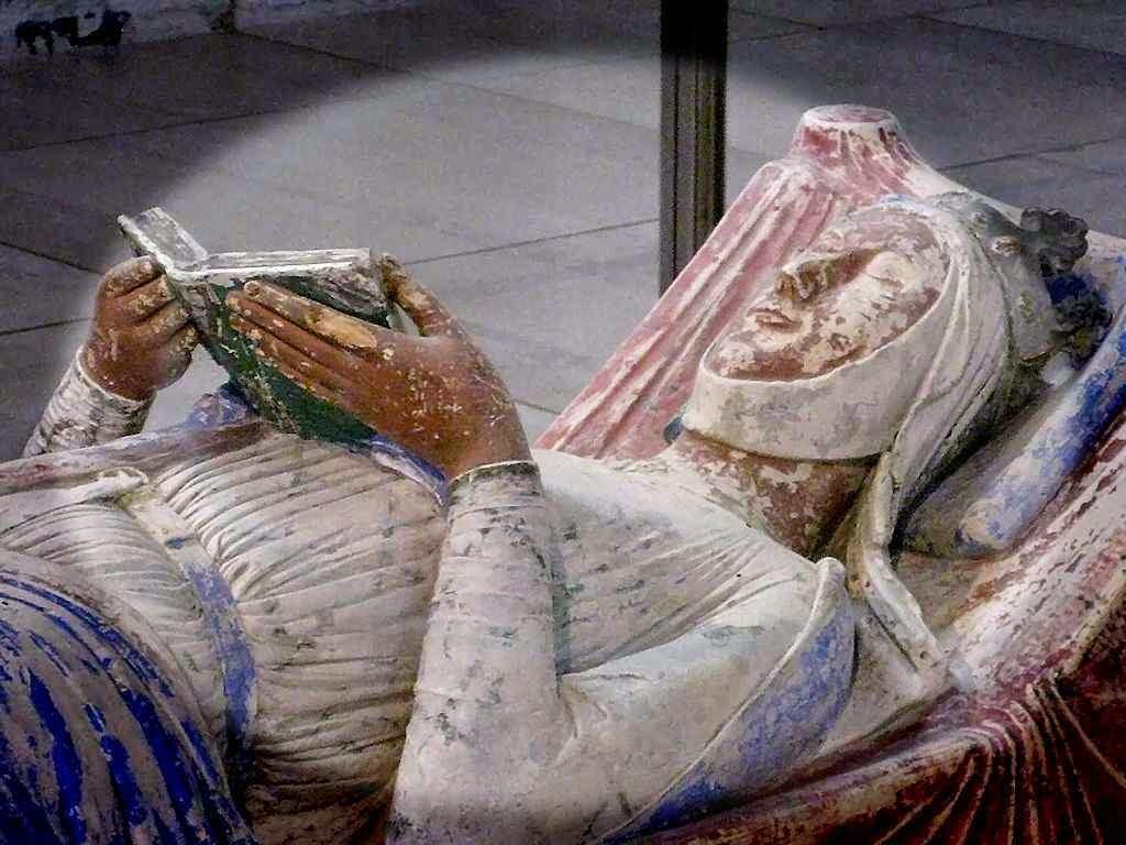 Eleonora de Aquitânia em seu túmulo.  Abadia de Fontevraud, França.