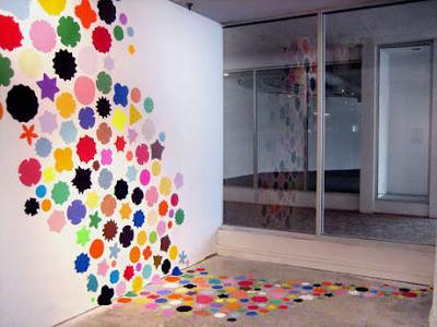 Renkli duvar stickernda bütün canl renkler kullanlarak duvara ve
