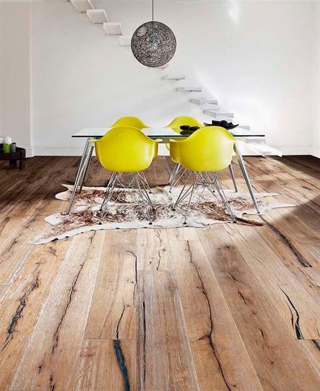 aqu tenemos un suelo en madera natural estriado se trata de un suelo nuevo pero tratado para que tenga un aire envejecido es un gran formato con bisel a