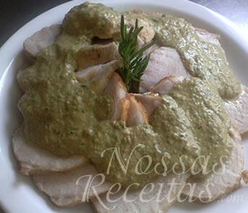 receita de lombo assado, fatiado e servido com molho de ervas