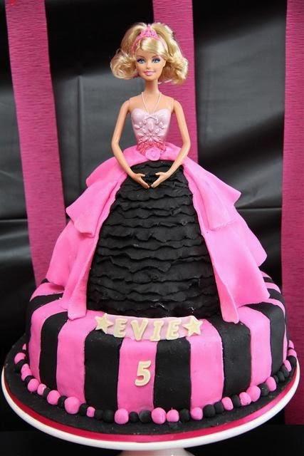 festa infantil-festa de aniversario infantil-bolo da barbie-fotos de bolo de aniversario-bolos de aniversario-doces-jogos de vestir-jogos de cozinhar-sobremesas-jogo de barbie-barbie moda e magia-jogos da polly-barbie