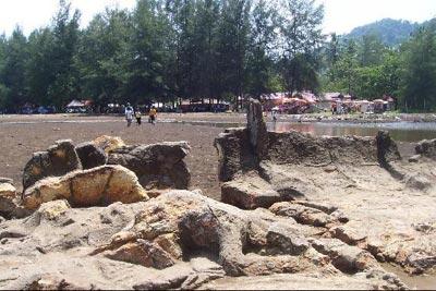 Gambar Malin Kundang yang telah disumpah menjadi batu oleh ibunya di