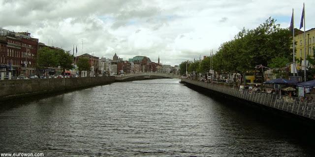 Río Liffey de Dublín al atardecer