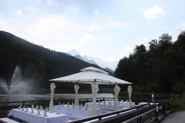Riessersee Event-Floß vor der Kulisse der Alpspitze für den Hochzeitskaffee
