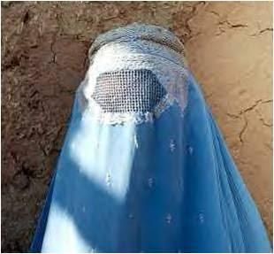 Mujer afgana usando burka
