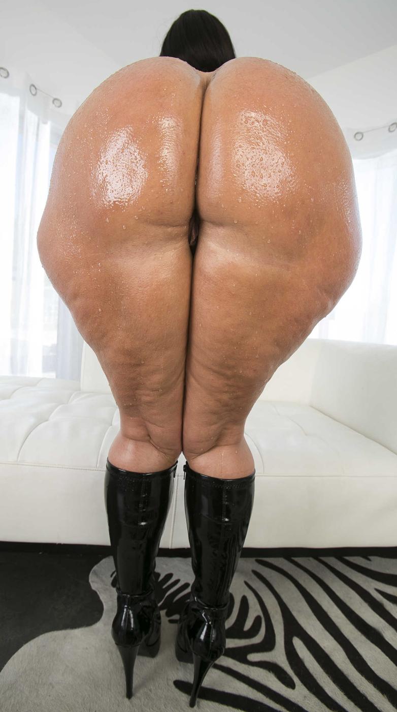 Dicker Cellulite Arsch nackt und eingeölt