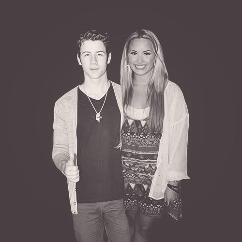 Demi-Lovato-and-Nick-Jonas-demi-lovato-31551114-500-500 pngNick Jonas Demi Lovato 2013