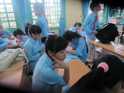Bàn ghế lúc nào cũng đông đủ các bạn ngồi học. - Blog Teenvi