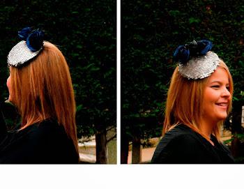 Tocado de lentejuelas color plata con flores azules y negras