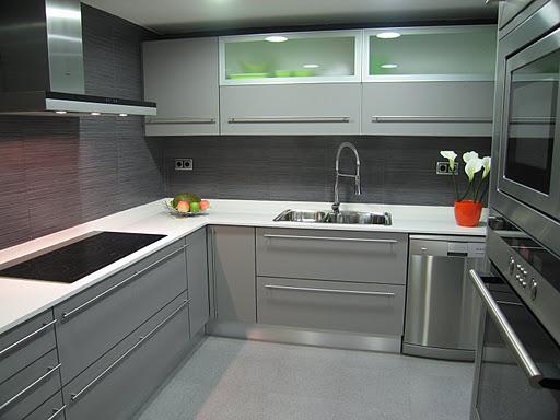 Cocina con el gris como fondo cocinas modernass for Complementos para cocinas
