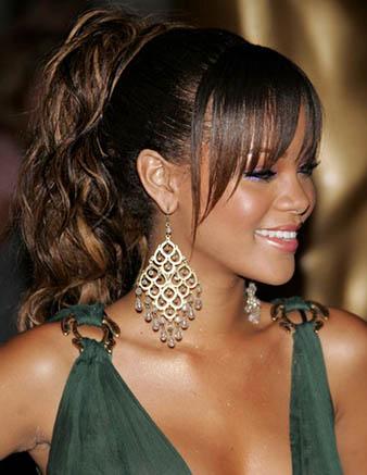 Rihanna at kuyruğu saç modelini açıklamadan önce resimde görmüş olduğunuz Rihanna'nın saç renginden bahsetmek istiyorum. Rihanna koyu kahve saçlarına az ve aralıklı bir şekilde sarı balyaj attırarak saçlarına enerji katmıştır. Rihanna böylesi güzel görünümlü saçlarını gergin bir at kuyruğu saç modeli yaptırmıştır. Bu modelde dikkatinizi çekecek unsurlardan biri koyu kahve bombeli kahküller bir diğer ise katlı ve doğal dalgalı at kuyruğu saç modelidir.