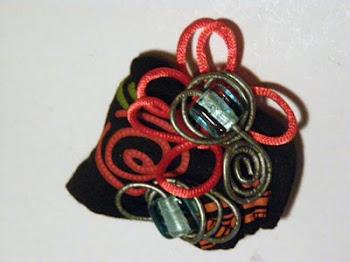 broche de tela y abalorios