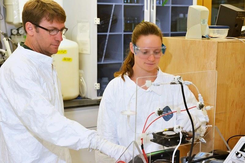 Dr. Carl Lamborg (à esquerda), principal autor de um artigo recente na revista Nature estima a quantidade de mercúrio natural e derivado da poluição dos oceano, com a sua chefe de laboratório, Gretchen Swarr, que também é co-autora do artigo. Foto: Ken Kostel / WHOI