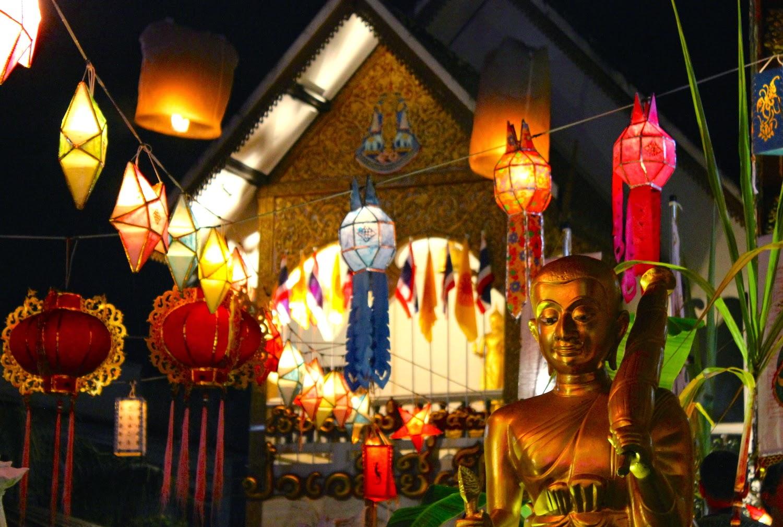 Il Wat Loy Kroh illuminato a festa - foto di Elisa Chisana Hoshi