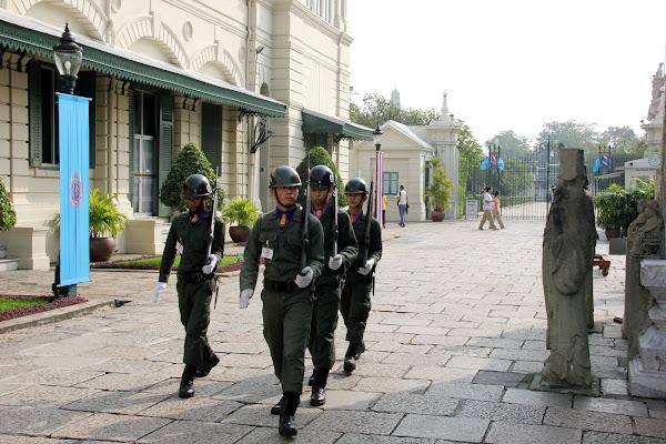 Cambio de guardia en el Gran Palacio de Bangkok