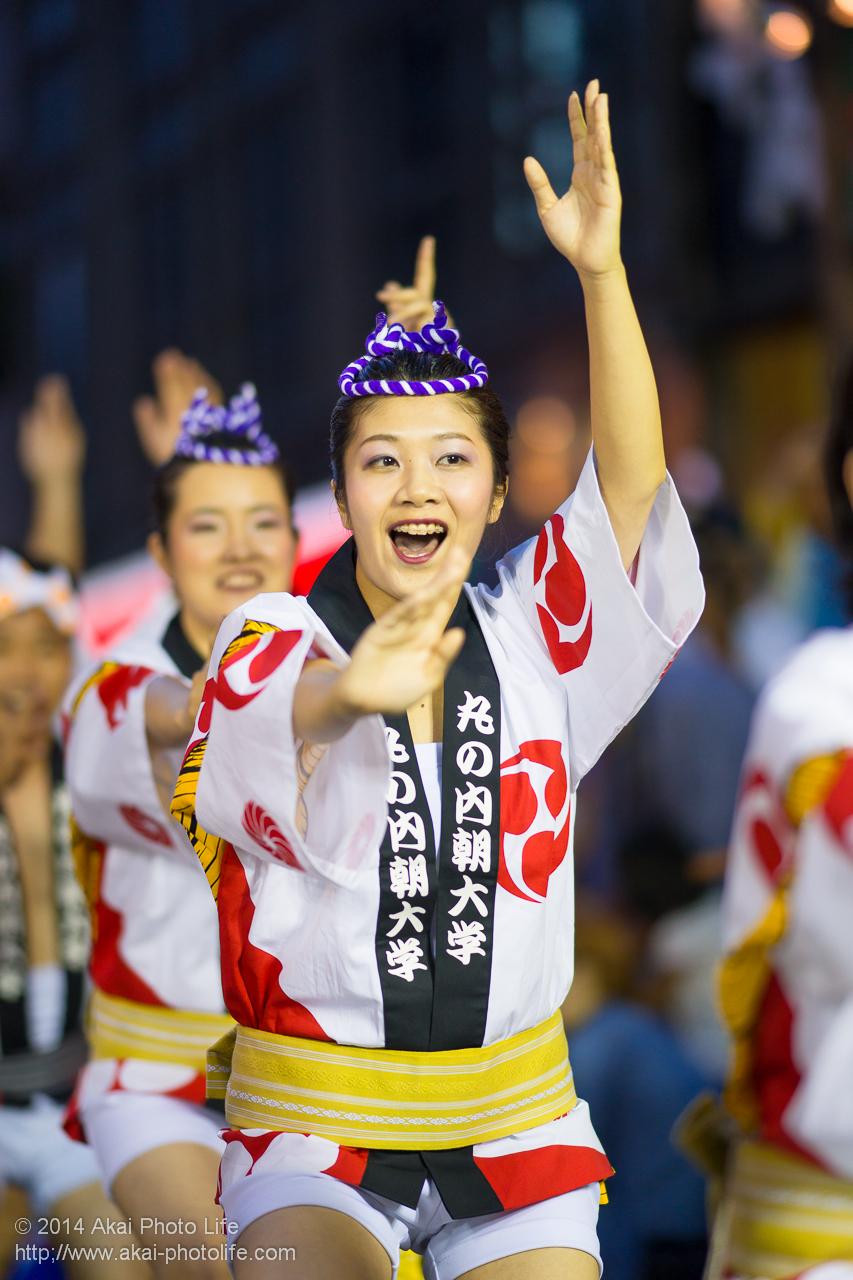 丸の内朝大学連の女性の踊り手