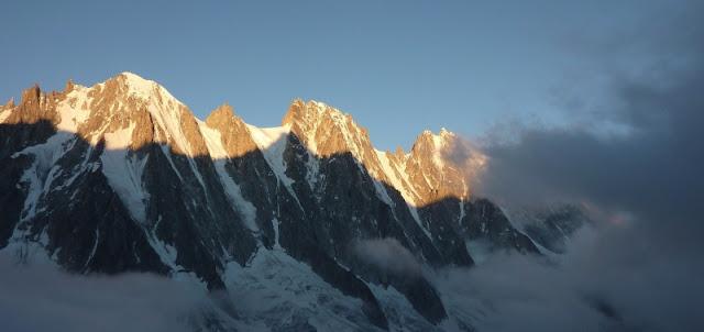 lever de soleil sur les faces nord des montagnes du bassin d'Argentière