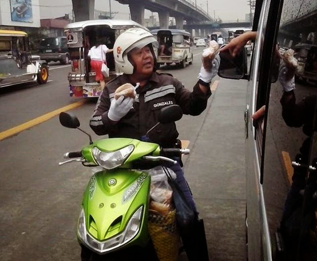 Traffic Officer's Photo Selling Bibingka to Commuters Now Trending