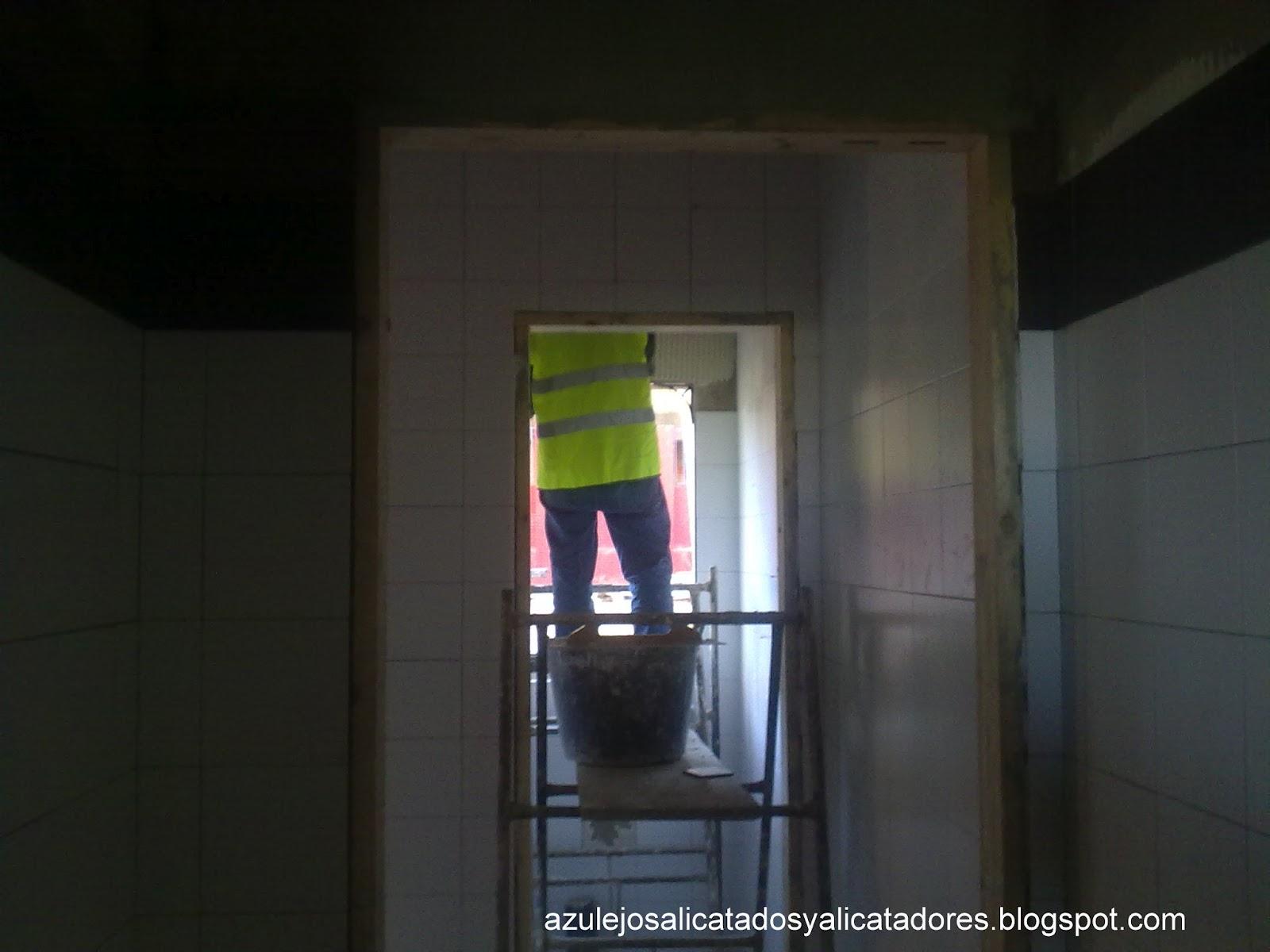 Azulejos Baño Huelva:Al acabar de alicatar los pasillos le toca el turno a los baños