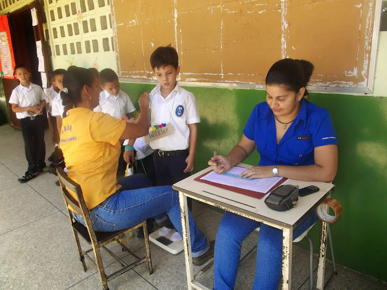 DOCENTES DE LA ESCUELA PESAN Y MIDEN A LOS ESTUDIANTES QUE INICIAN ESTE NUEVO AÑO ESCOLAR 2014-2015