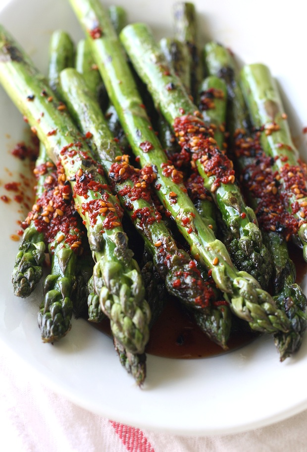 Grilled Asparagus with Spicy Korean Chili Dressing recipe by SeasonWithSpice.com