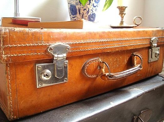 Venta de maletas antiguas a buen precio. Maleta de cuero y piel auténticas para decoración de interiores de estilo nórdico y vintage.