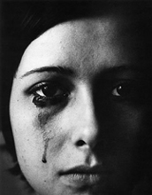 Mujer árabe llorando y las carreras en un flamante deportivo