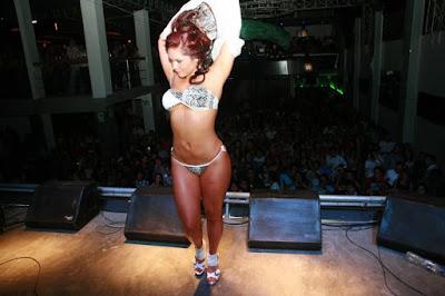 Genesis Tapia Genesis Tapia se desnuda en desfile!!