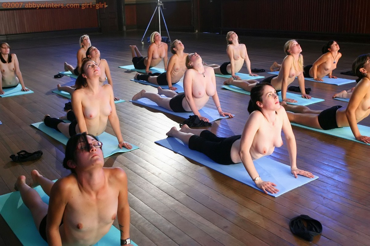 Эротика онлайн голая выполняет упражнения 22 фотография